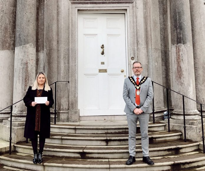 Lord Mayor makes contribution to Janine Smalls at iCare to help the homeless this Christmas